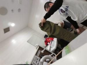 関西空港の多目的トイレにて着替え中