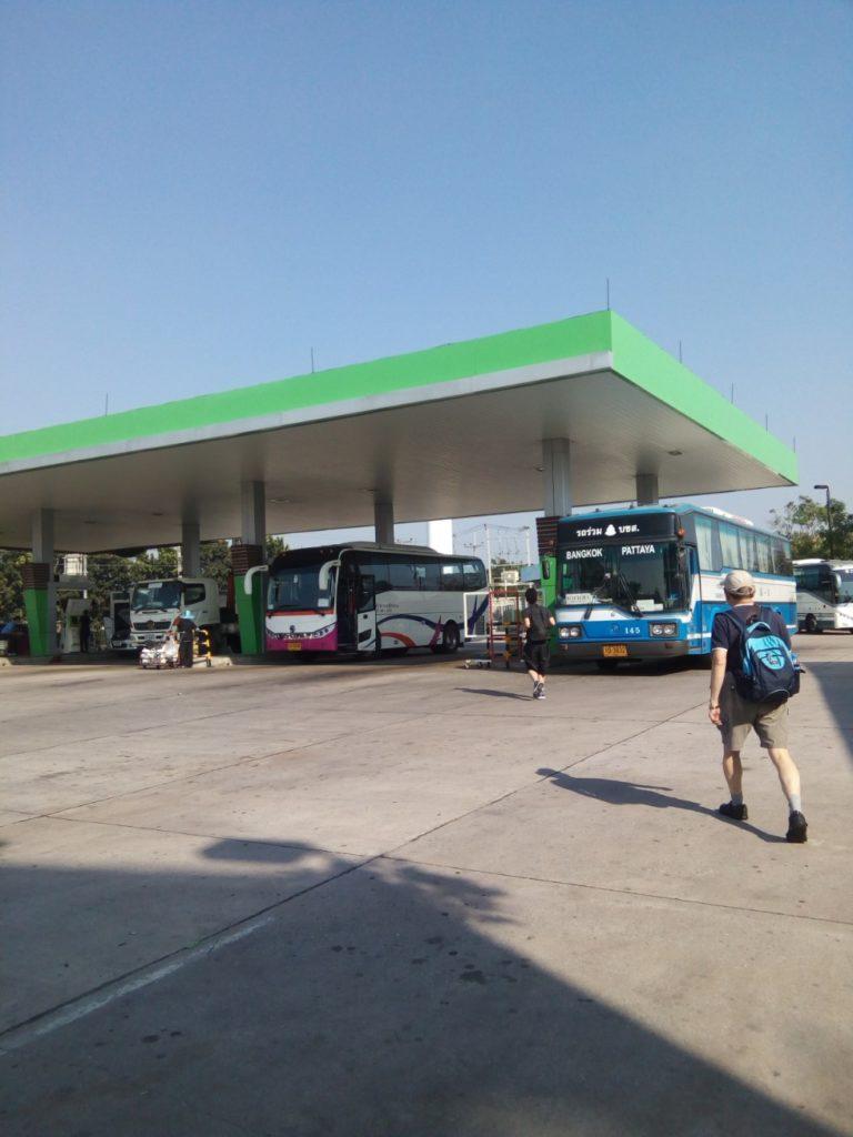 パタヤ行のバス ガソリンスタンド